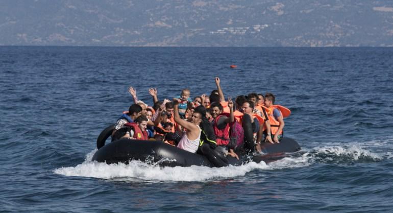 Беженцы из Сирии переплывают на греческий остров Лесбос, фото: Николас Георгиу / Zuma Press / Forum