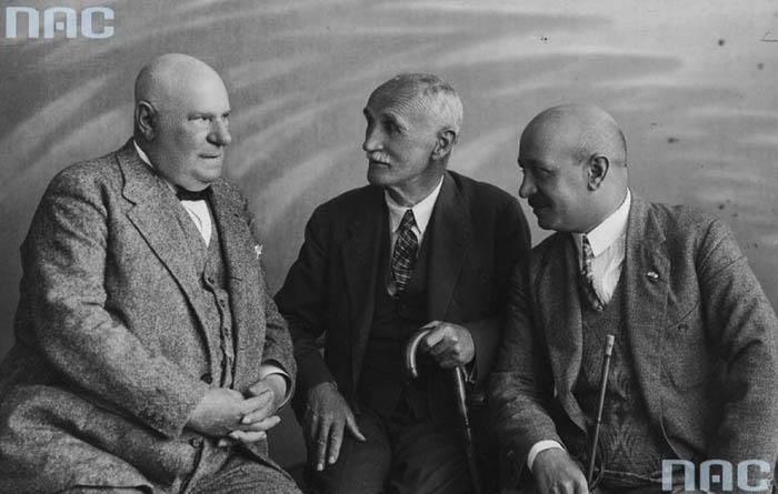 d lewej: aktor Mieczysław Frenkiel, malarz Julian Fałat i poeta Kornel Makuszyński