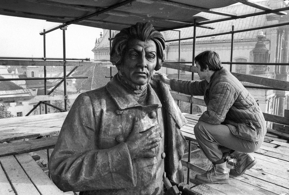 Remont pomnika Adama Mickiewicza na ulicy Krakowskie Przedmiescie w Warszawie (1978). Fot. Jacek Barcz / FORUM