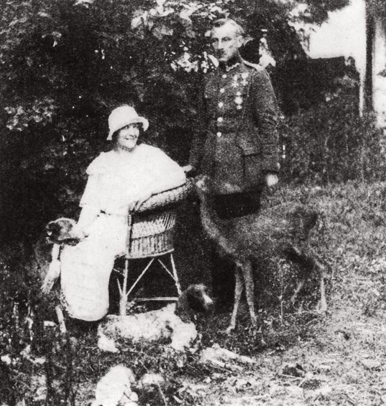 Zofia Nałkowska with her husband Jan Gorzechowski, their deer Basia & their dogs, Grodno, 1924, photo: z archiwum Instytutu Badań Literackich PAN // za: