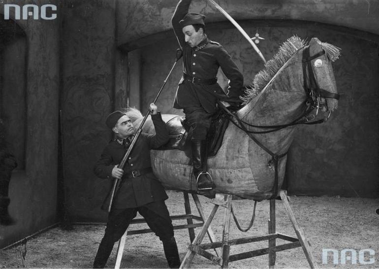 """Scena z filmu """"Ułani, ułani, chłopcy malowani"""", 1931. Na zdjęciu: Adolf Dymsza i Kazimierz """"Lopek"""" Krukowski, fot. ot. NAC / www.audiovis.nac.gov.pl"""