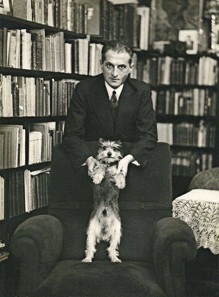 Julian Tuwim z psem Dżonciem, 1930, fot. Muzeum Literatury / East News