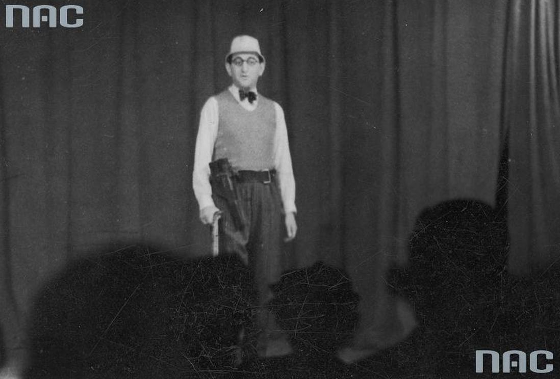 """Kzimierz Krukowski (Lopek) w rewii """"Duby smalone"""" kabaretu """"Cafe Club"""" w Warszawie (1937); fot. NAC"""