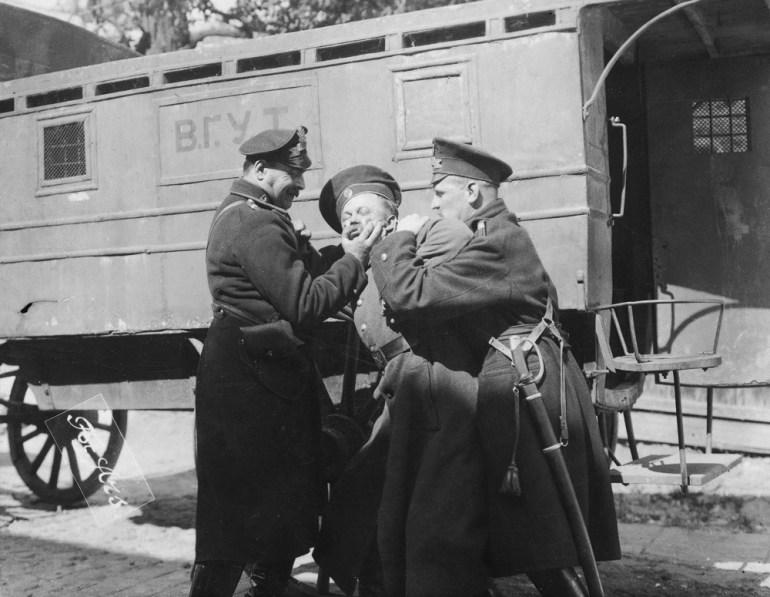 Na zdjęciu: Michał Halicz jako Rewolucjonista wraz dwoma nierozpoznanymi aktorami w jednej ze scen filmu