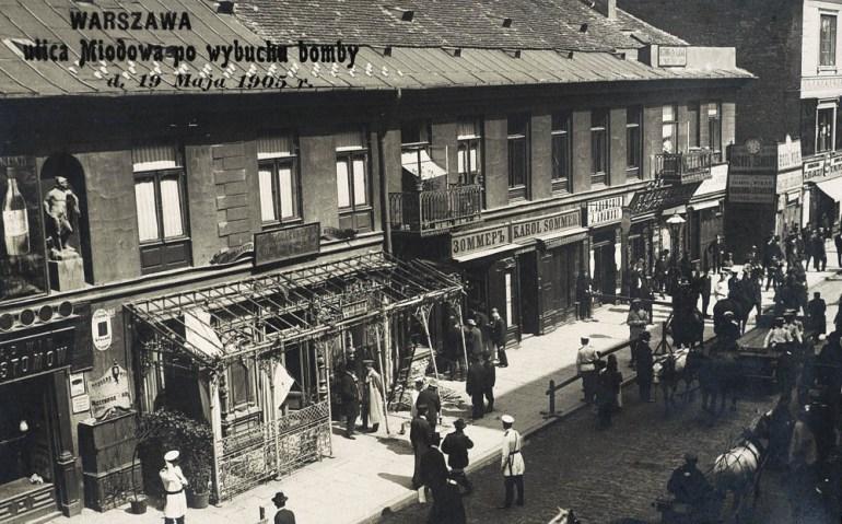 Na zdjęciu: miejsce zamachu Dzierzbickiego, cukiernia przy ulicy Miodowej po wybuchu bomby, 19 maja 1905 roku