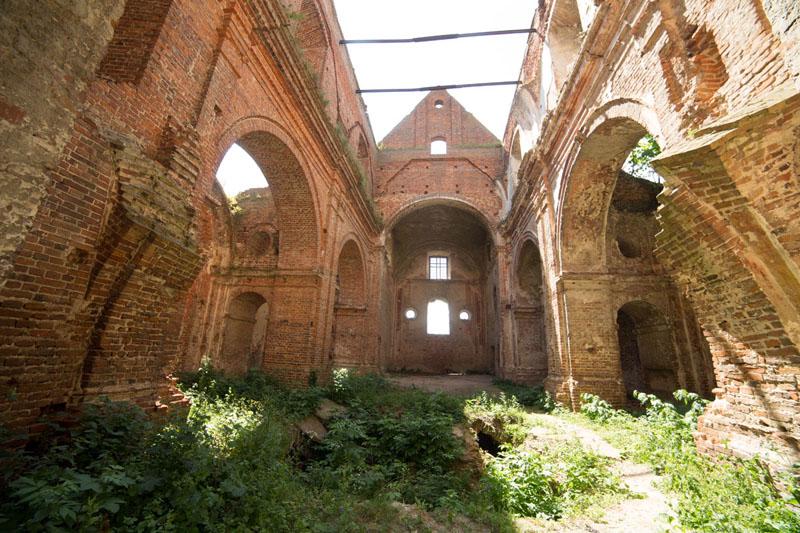 Руїни костелу в Кисилині. Фото: Міхал Йончик