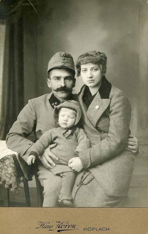10a  andrzej bobkowski z rodzicami  1914_7137893.jpg