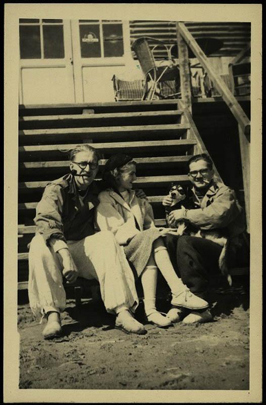 Andrzej i Barbara Bobkowscy z Janem Birtusem. Gruissan, sierpień 1946, fot. z archiwum Muzeum Literatury