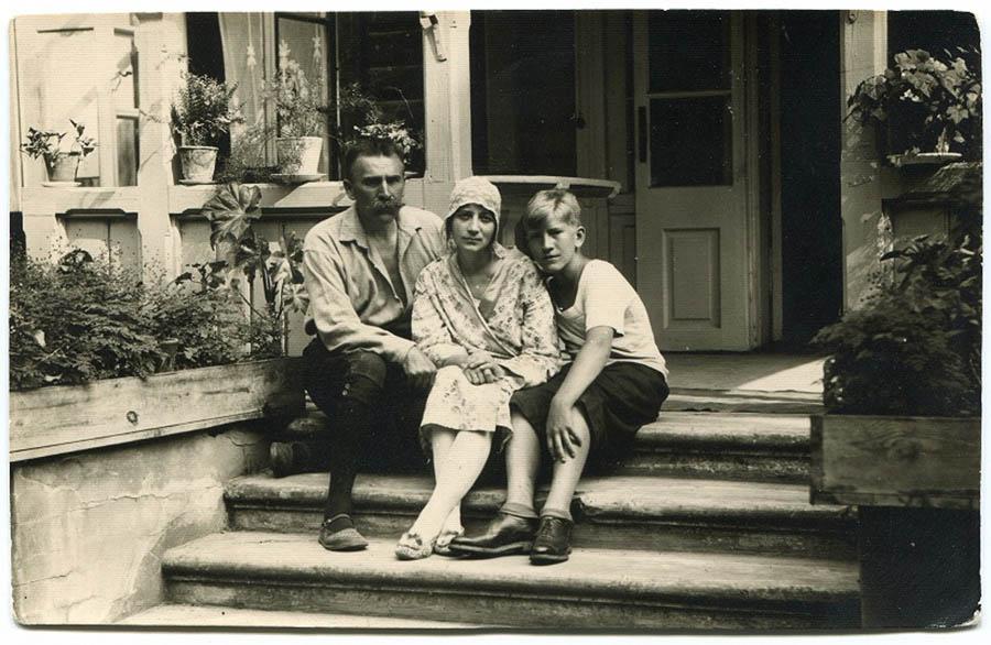 z rodzicami przed domem w modlinie   lata 20 _7137942.jpg