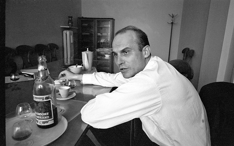 Ryszard Kapuściński in editorial office of Kultura in the 60s, photo: Aleksander Jałosiński / Forum