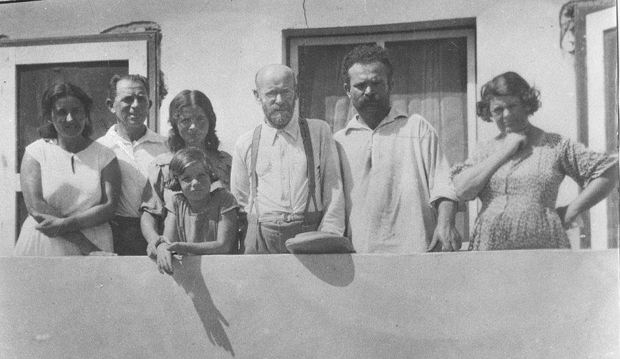 Janusz Korczak w kibucu Ein Harod, z rodziną Simchoni, 1934, Izrael; oryginalne odbitki znajdują się w Izraelu, w Ghetto Fighters' House, fot. Ośrodek Dokumentacji i Badań Korczakianum w Warszawie