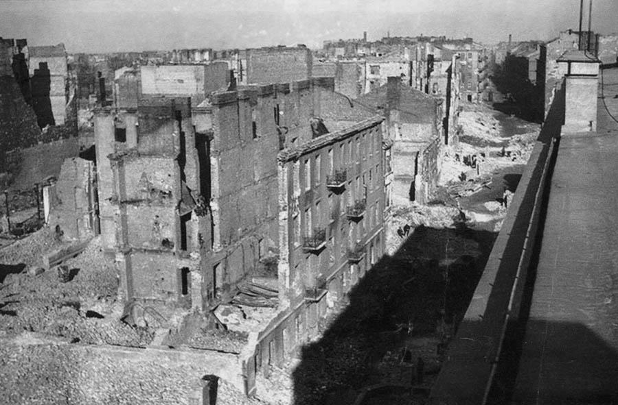 Ruiny domu przy Pawiej 72 i perspektywa Pawiej w kierunku Smoczej, Warszawa, fot. Archiwum prywatne Alicji Morawskiej i Elżbiety Miszty-Gołębiewskiej