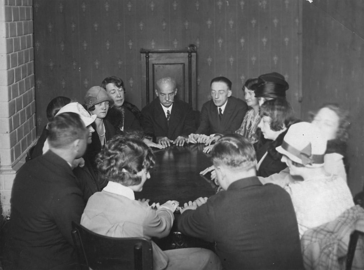 Seans spirytystyczny z udziałem medium Jana Guzika, 1927, fot. Narodowe Archiwum Cyfrowe