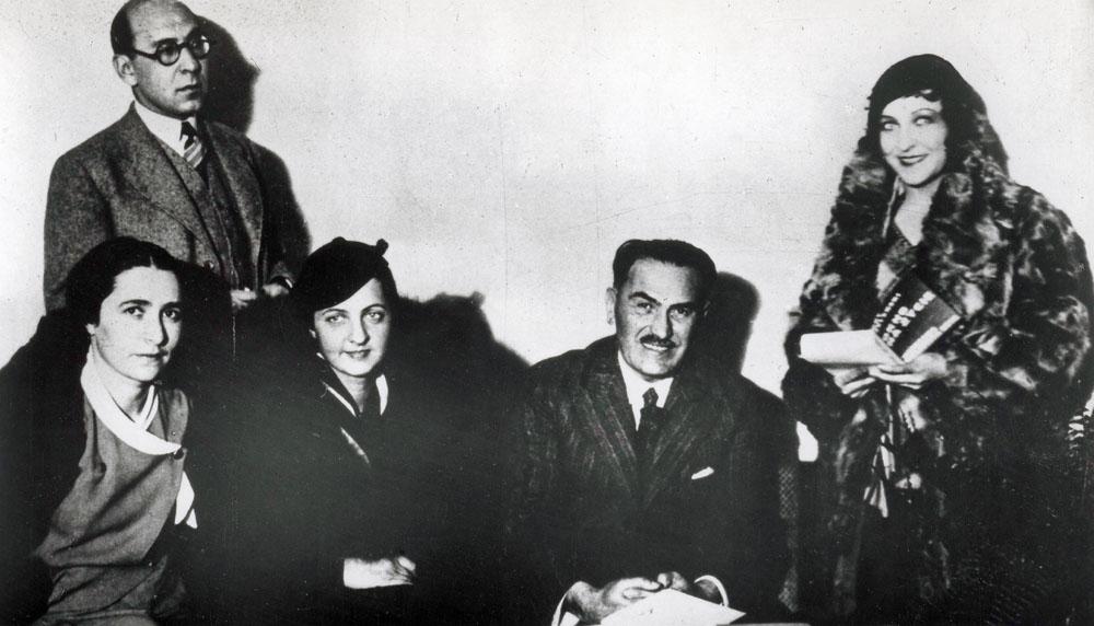 Warszawa, 1932, redakcja Wiadomosci Literackich, od lewej: Irena Krzywicka, Antoni Slonimski, Jadwiga Smosarska, Tadeusz Boy-Zelenski i Mira Ziminska, rep. FORUM