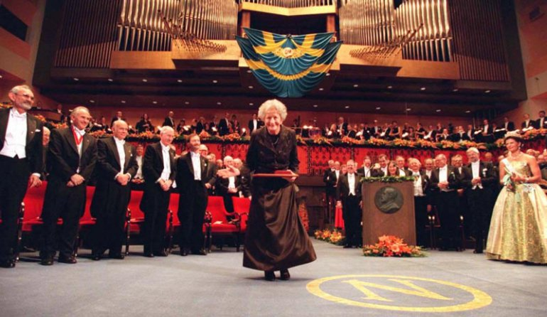 Wisława Szymborska acknowledges the applause from the audience, Stockholm, 1996, photo:  REUTERS/FORUM