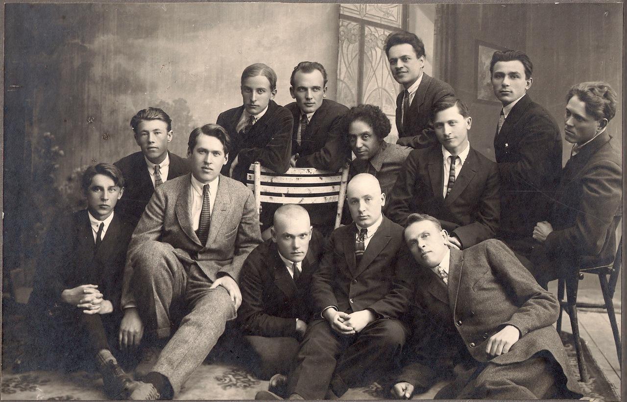 """Źmitrok Biadula (w środku) z członkami białoruskiej grupy literackiej """"Uzwyszsza"""", ok. 1929; źródło: Wikipedia"""