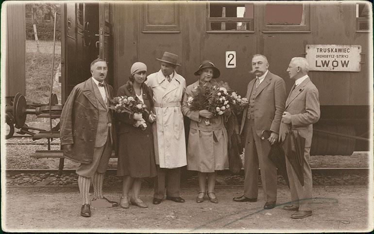 Grupa kuracjuszy, pocztówka, ca 1930, fot. Biblioteka Narodowa (Polona)