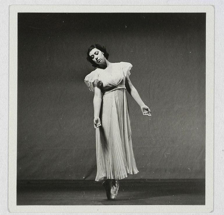 """Nina Juszkiewicz w balecie """"Koncert e-moll"""" Fryderyka Chopina, 1937, fot. Biblioteka Narodowa (Polona)"""