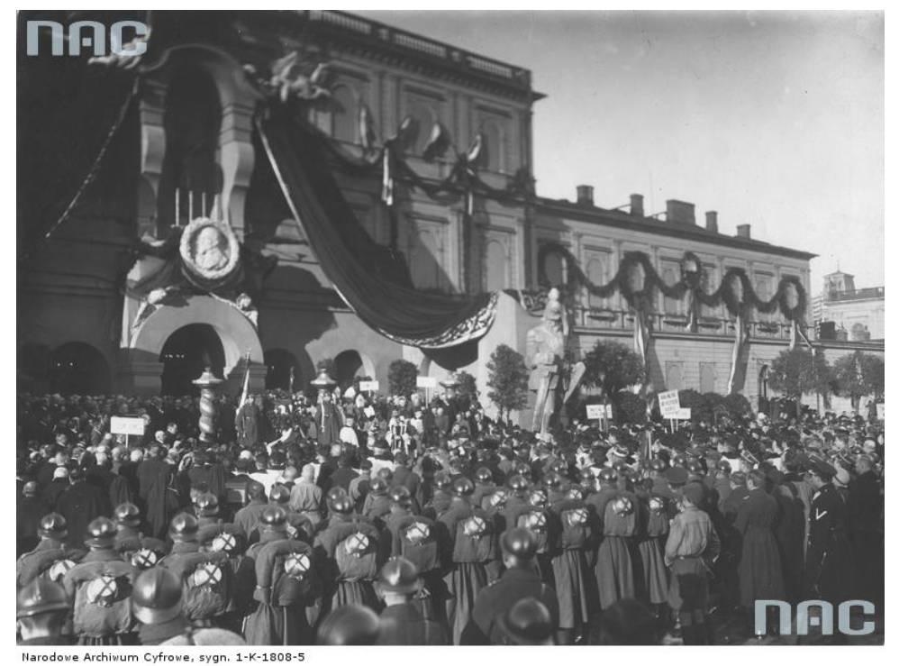 Pogrzeb Sienkiewicza, rok 1924. Kondukt żałobny wyrusza sprzed Dworca Głónego w Warszawie; źródło: NAC