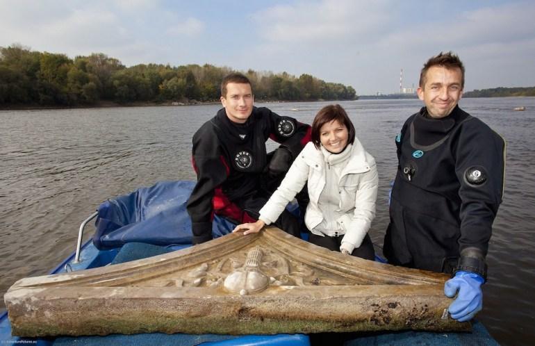 Hubert Kowalski and Marcin Jamkowski with Justyna Jasiewicz and one of their river finds; photo: Marzena Hmielewicz