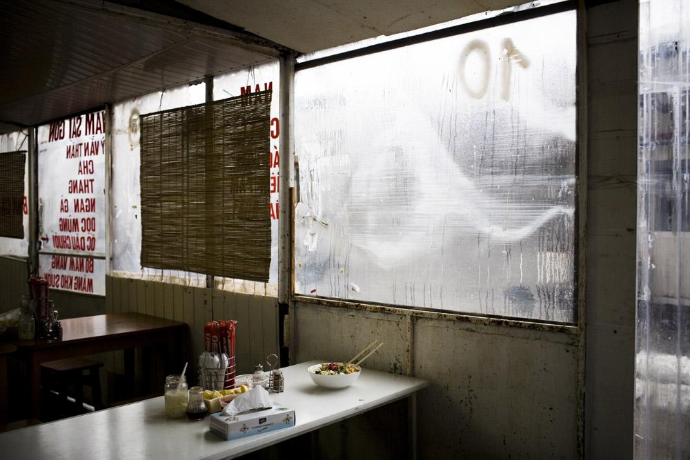 Warszawa, 2010, zupa pho serwowana przez Wietnamczyków na bazarze przy Stadionie Dziesięciolecia, fot. Kuba Dąbrowski / Forum