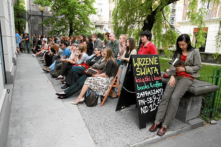 Crowd waiting outside Wrzenie Świata for Hanna Krall's book premiere, May 2005, photo by Jacek Łagowski / Agencja Gazeta