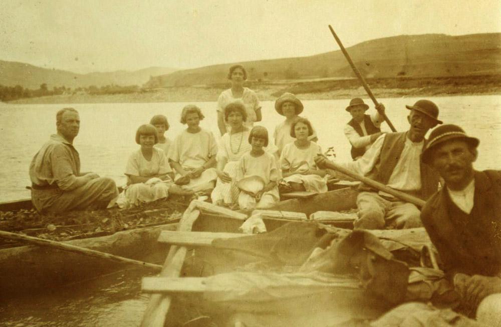 Adam Stadnicki z córkami oraz nauczycielkami Celą Antoniewicz i Luce Andre. Spływ Dunajcem, 1925 r.
