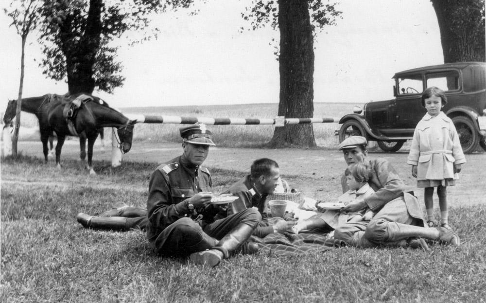 Adam, Piotr, Roman, Zofia, Elżbieta Czartoryscy. Na granicy poligonu w Biedrusku, 1930 r.