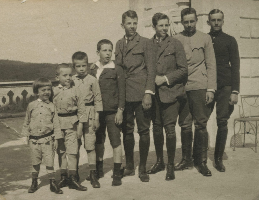 Bracia Czartoryscy, od lewej: Piotr (1909-1993), Witold (1908-1945), Adam (1906-1998), Stanisław (1902-1982), Roman (1898-1958), Jan (1897-1944), Włodzimierz (1895-1975), Kazimierz (1892-1936). Frain, 1915 r.