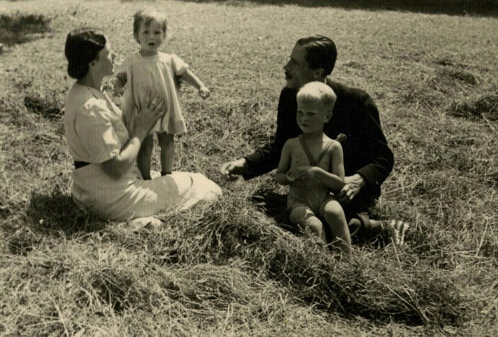Adam i Jadwiga Czartoryscy z dziećmi Marią i Jerzym. Szczawnica, lipiec 1942 r.