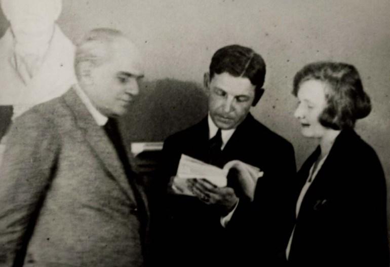 Стефан Жеромский и Юлиуш Остерва просматривают текст пьесы «Улетела от меня перепелочка», 1924, фото: Национальная библиотека (POLONA)