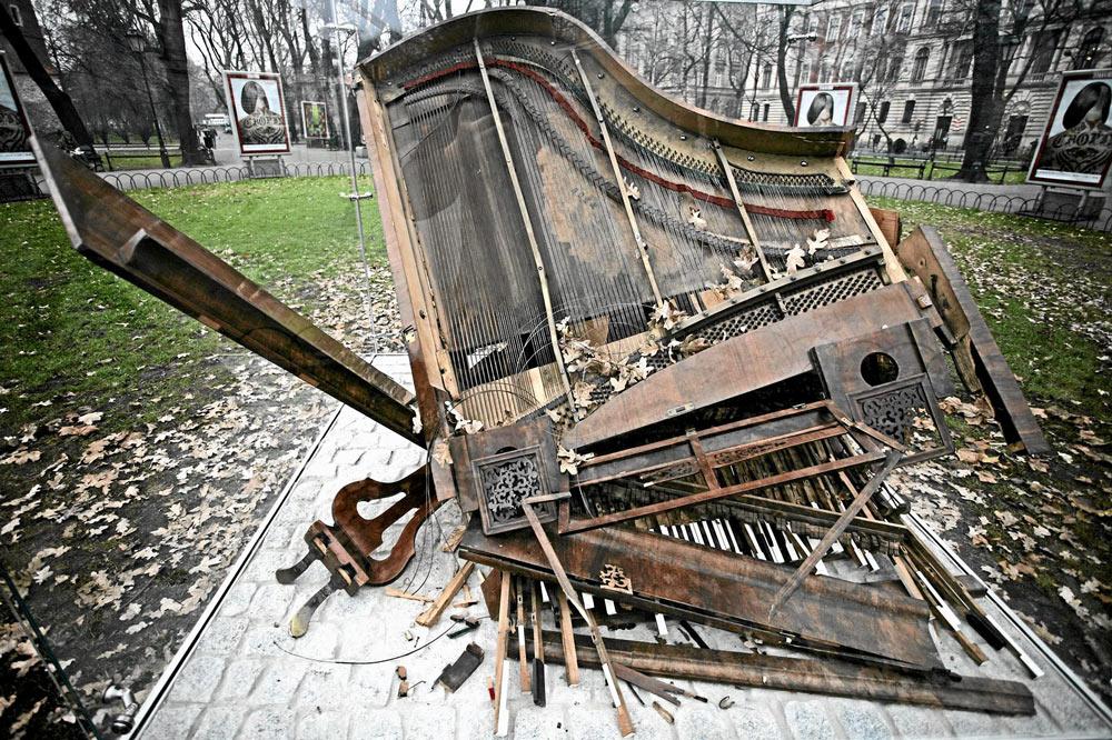 Aleksander Janicki's Fallen Piano. Photo: Michał Lepecki / Agencja Gazeta