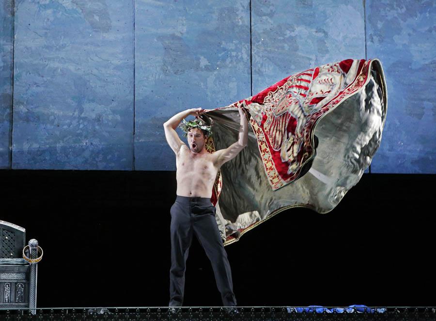 Na zdjęciu: Mariusz Kwiecień (jako król Roger), fot. Ken Howard / The Santa Fe Opera