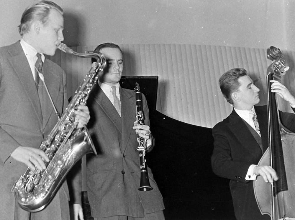 Koncert jazzowy w Filharmonii Narodowej. Z lewej Władysław Sosnowski, Warszawa, 1959, fot. Marek A. Karewicz / Forum