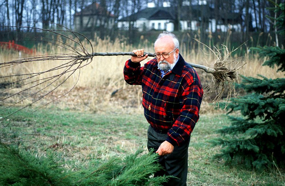 Krzysztof Penderecki przy pracy nad jednym ze swoich labiryntów, fot. Krzysztof Wójcik / Forum