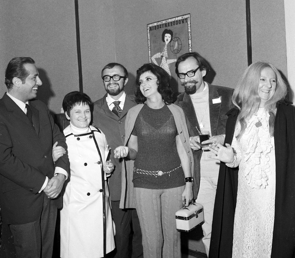 Od prawej: Wanda Warska, Andrzej Kurylewicz, piosenkarka Halina Kunicka, aktor i satyryk Jan Tadeusz Stanisławski oraz konferansjer Lucjan Kydryński, Sopot 1970, Janusz Uklewski/PAP