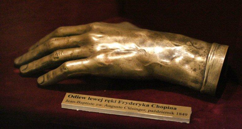 Odlew reki Chopina dokonany po jego śmierci przez rzeźbiarza Clesingera. Zbiory Muzeum Czartoryskich w Krakowie, fot. fot.  Grzegorz Kozakiewicz / Forum
