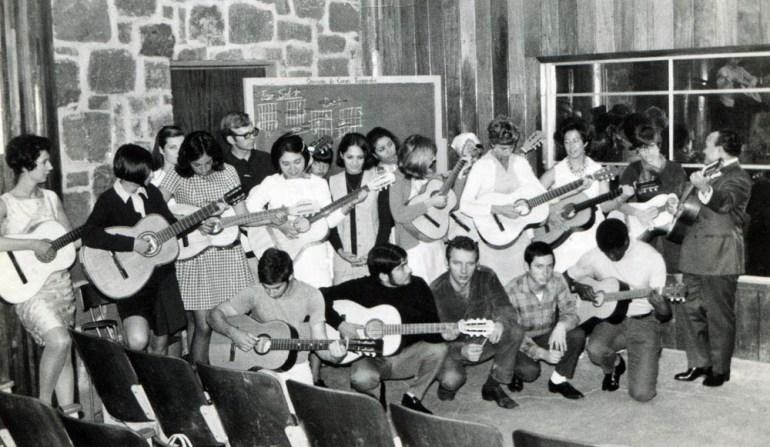 Edward Stachura w szkole gry na gitarze, Meksyk 21.09.1969, fot. fot. Zbiory Muzeum Literatury / East News