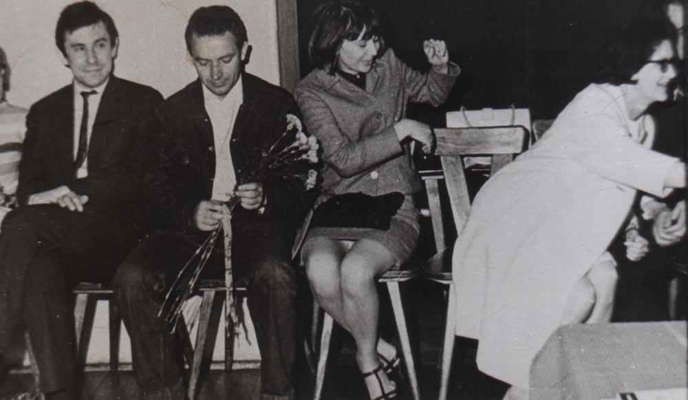 Uroczystość wręczenia Nagrody Stowarzyszenia Księgarzy Polskich, rok 1966. Obok żona Zyta Oryszyn i Wacław Tkaczuk, rep. ilustracji z książki