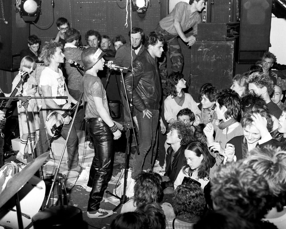 1985 Warszawa Koncert w klubie Riwiera Remont n/z mlodziez z popkultury pankowej fot. Zenon Zyburtowicz/FOTONOVA
