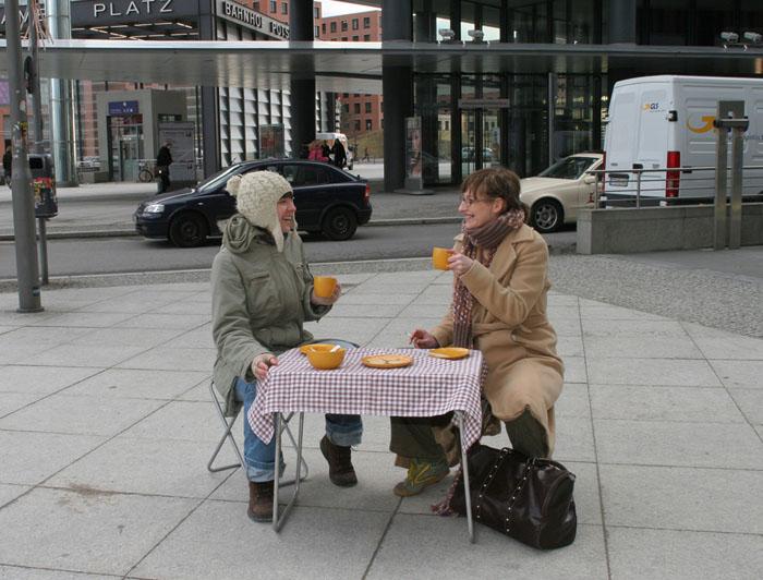 """Karolina Breguła, """"Dobrzy sąsiedzi"""", happening, 2007-2009, fot. dzięki uprzejmości artystki"""