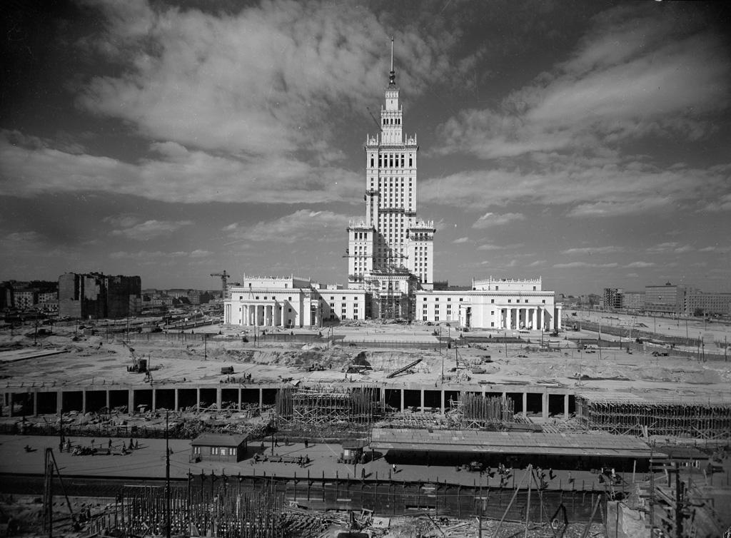 """Władysław Sławny, """"Budowa Pałacu Kultury i Nauki w Warszawie"""" ok. 1955, Warszawa., fot. Dom Spotkań z Historią"""