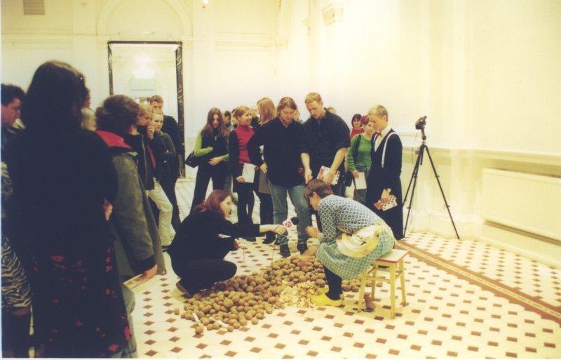 """Julita Wójcik, """"Obieranie ziemniaków"""", 2001, Zachęta - Narodowa Galeria Sztuki, fot. Jacek Niegoda"""