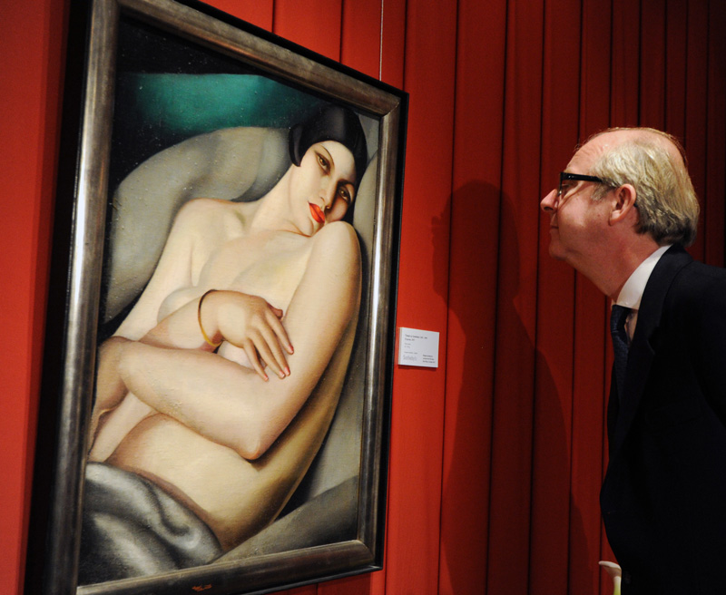 "Deputy chairman of Sotheby's in Europe Lord Mark Poltimore looks at Tamara Lempicka painting ""Dream (Rafaela on a Green Background)"", Pre-auction exhibition at Sotheby's in Moscow (October 2011). Photo: Yuri Martyanov / Kommersant / Forum"