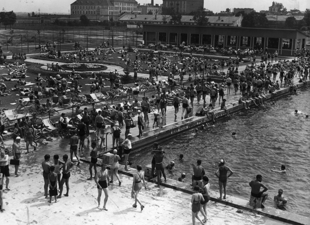 Legia Swimming Pool, photo by Zbyszko Siemaszko/audiovis.nac.gov.pl (National Digital Archives)