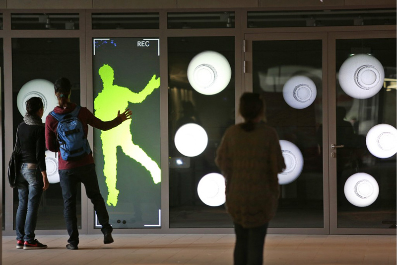 """Electro Moon Vision, """"REC - Random Eye Check"""" - instalacja interaktywna, ściana wideo, fot. dzięki uprzejmości artystów"""