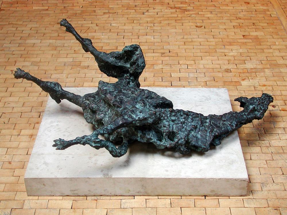 """Jerzy Jarnuszkiewicz, """"Suka"""", 1957/1992, brąz, niesygnowana, 35 × 100 × 105, fot. Centrum Rzeźby Polskiej"""