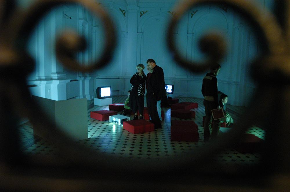 """""""Przerwane połączenia"""", Marcell Esterhazy, Jakup Ferri, Angelika Fojtuch, Marzena Nowak. Galeria ZACHETA Warszawa, 2006, fot. Eugeniusz Helbert / Forum"""