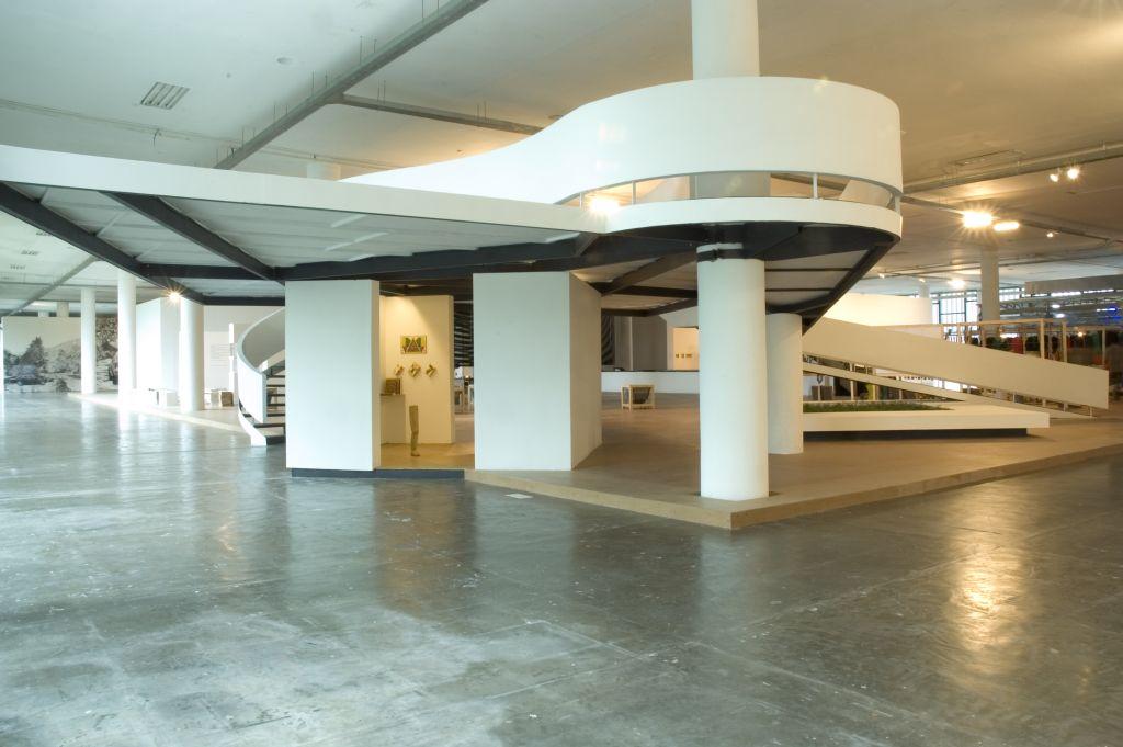 """Goshka Macuga, """"Mula sem Cabeça (Headless Mule)"""", 2006, widok instalacji, wystawa """"How to Live Together"""", 27th São Paulo Biennial, fot. Eduardo Ortega, dzięki uprzejmości Kate MacGarry i São Paulo Biennial"""