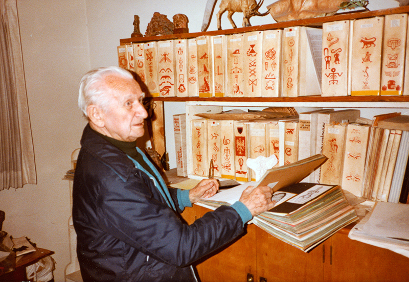 Szukalski with Zermatism books 1983, photo: © 2016 ARCHIVES SZUKALSKI